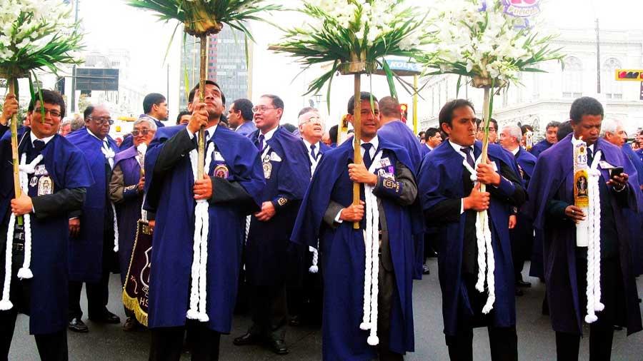 Por qué los fieles del Señor de los Milagros se visten de morado